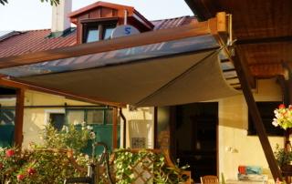 rollbares Sonnensegel unter Glasdach